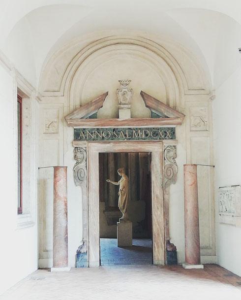 Anche se a un tiro di schioppo da piazza Navona, può capitare che la visita a palazzo Altemps si consumi in totale solitudine...buon per voi, approfittatene appena possibile