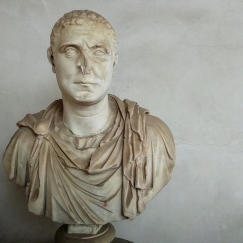 """Dell'arte romana mi stupisce sempre questa straordinaria capacità ritrattistica, la consapevolezza che la storia di una persona è fatta anche da tutto quello che gli è passato sul viso...   ...quante ne avrà passate per esempio lui, che ci guarda con sufficienza da qualche secolo, e sembra dire """"ma che ne sapete voi..."""""""