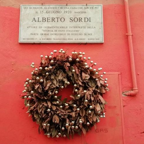 Cento anni fa nacquero, tra gli altri, mia nonna, Federico Fellini e Alberto Sordi, quest'ultimo in una casa di Trastevere che manco esiste più. Sordi nei suoi film ha saputo mostrarci il peggio e il meglio (ma più spesso il peggio) dell'Italia e degli italiani, e ci ha fatto ridere e piangere e arrabbiare e indignarci. Aveva ragione Nanni Moretti, quando diceva che Sordi ce lo siamo meritati. Sì, però poteva andarci peggio...auguri