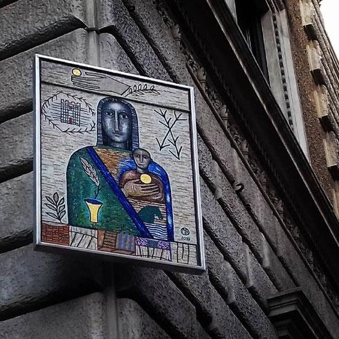 Settecentesca quella di ieri, modernissima quella di oggi: la Madonna dell'Accoglienza di Mimmo Paladino è infatti solo da poco più di un mese sulla facciata di palazzo Sforza Cesarini