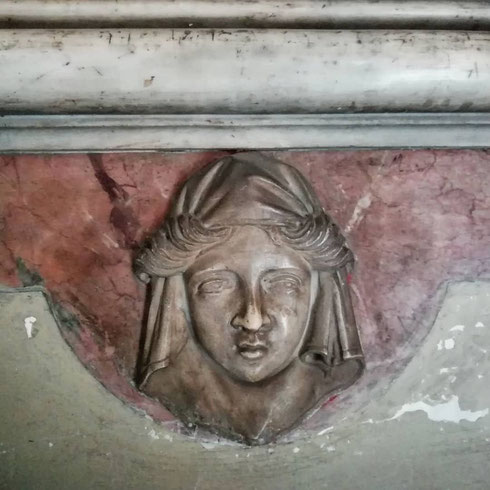 Nella basilica dell'Aracoeli ci sono sguardi che ti seguono ovunque