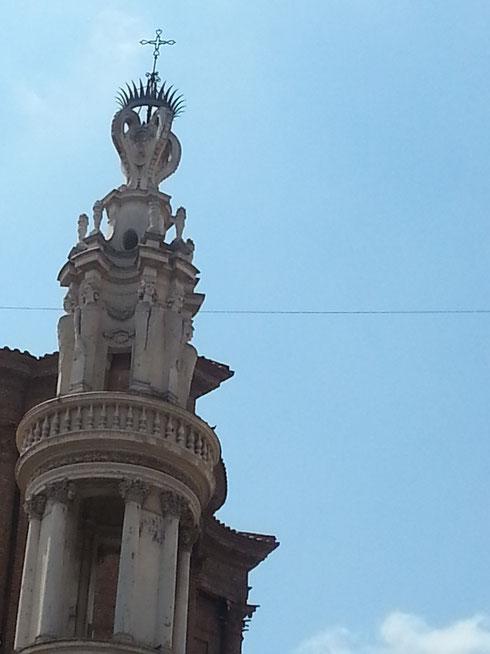 Anche senza indizi particolari, sapete riconoscere l'autore di questo strambo campanile?