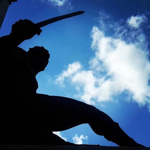 Controluce a piazza Cavour...il monumento al conte Camillo venne realizzato nel 1895 da Stefano Galletti. Ai piedi del basamento le personificazioni del Pensiero e dell'Azione