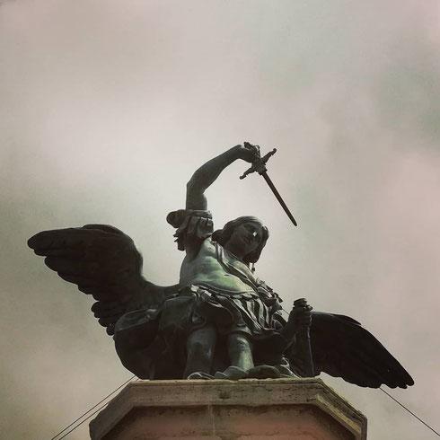 Solo soletto in cima al Castello, l'angelo di Peter Anton Verschaffelt rinfodera la sua spada dal '700