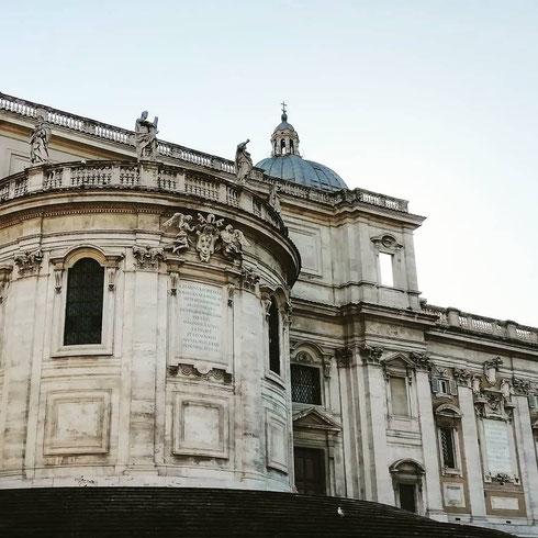 Fu Sisto V a volere la sistemazione monumentale dell'abside di santa Maria Maggiore...il motivo? La basilica era uno dei fulcri dell'antica via Felice, che collegava Trinità dei Monti a santa Croce in Gerusalemme