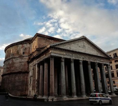 """""""Tre etti di Pantheon per favore"""" """"Ne ho fatto un po' di più, lascio?""""  """"Sì grazie, lasci pure, il Pantheon non è mai abbastanza""""  """"I vigili li vuole o glielo tolgo?""""  """"Lasci pure anche loro, grazie"""""""