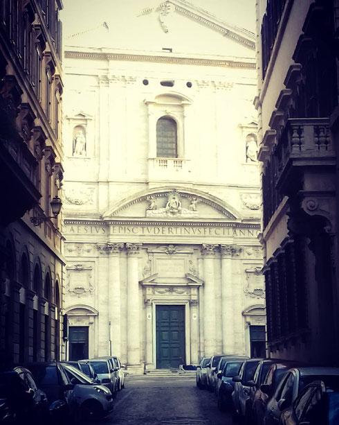 La chiesa di santa Maria in Vallicella è detta anche chiesa Nuova perché l'edificio cinquecentesco ne sostituisce uno più antico