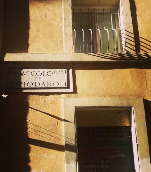 Tra sant'Andrea della Valle e via dei Giubbonari, vicolo de Chiodaroli ricorda fabbricanti e commercianti di chiodi