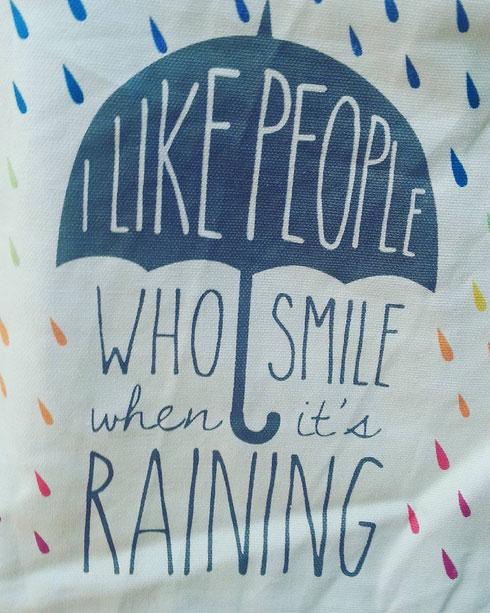 Non importa se piove e fa freddo, la borsa scovata da Feltrinelli di largo Argentina dice di sorridere, e allora :)