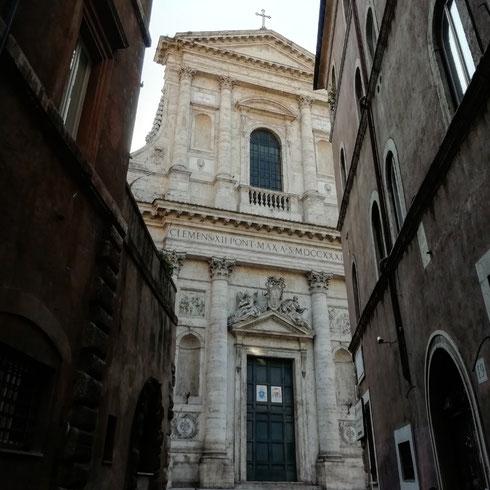 A Roma la bellezza ti appare talmente inaspettata, mentre giri l'angolo e pensi alla spesa alle bollette a quella giacca che vorresti comprare, che spesso coglie totalmente impreparati. E ci si ritrova a dimenticare tutto il resto, con un sorriso beato sulla faccia