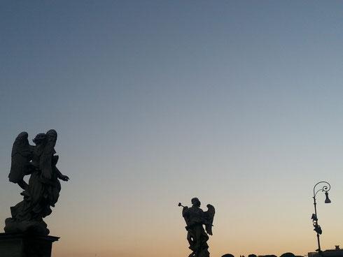 """""""Nessuno sa con precisione dove si trovano gli angeli, se nell'aria, nel vuoto, o nei pianeti: Dio non ha voluto che ne fossimo edotti"""". Chiaro che Voltaire non ha mai visto ponte Sant'Angelo..."""