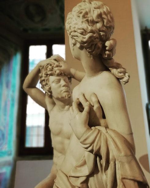 Schermaglie amorose tra satiro e ninfa a palazzo Altemps. I busti sono di epoca romana imperiale, mentre le teste sono seicentesche...forse quella del satiro è (ancora una volta) opera del giovane Bernini