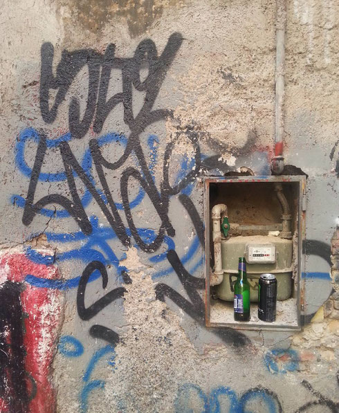 Natura morta con contatore e muro scrostato