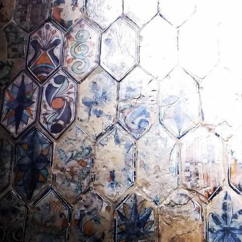 Un po' rovinato (sarebbe strano il contrario, visto che risale al XV secolo) ma comunque bellissimo è il pavimento in maiolica della cappella Basso della Rovere, nella navata destra della basilica di santa Maria del Popolo