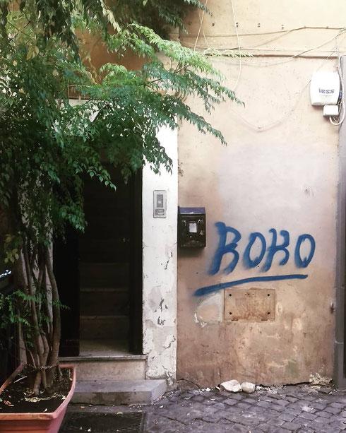 Vai a Trastevere, prendi una porta, aggiungi un po' di verde, un muro un po' fané...e la foto è fatta