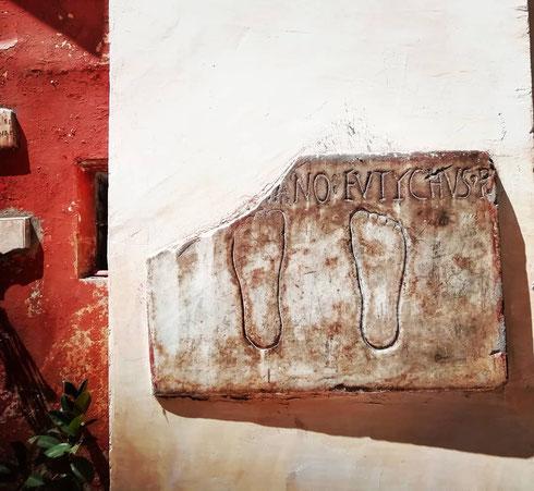 Nel cortile di san Silvestro in Capite la lapide funeraria di tale Eutychus mostra solo i suoi piedi, a indicare forse l'inizio di un lungo viaggio in posti sconosciuti