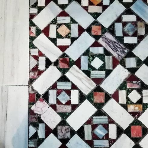 Geometrie di marmi colorati a santa Prassede...che bello sarebbe avere a casa un bel pavimento cosmatesco!