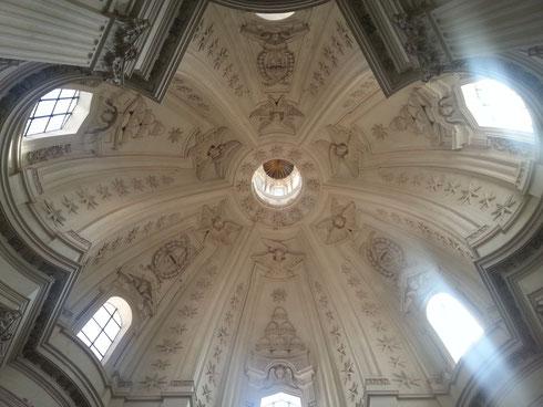 L'altra faccia del Barocco: quello essenziale, candido e pulito del Borromini di sant'Ivo alla Sapienza. Meglio questo o la ricchezza di forme e di colori di Bernini? Ardua è la scelta...