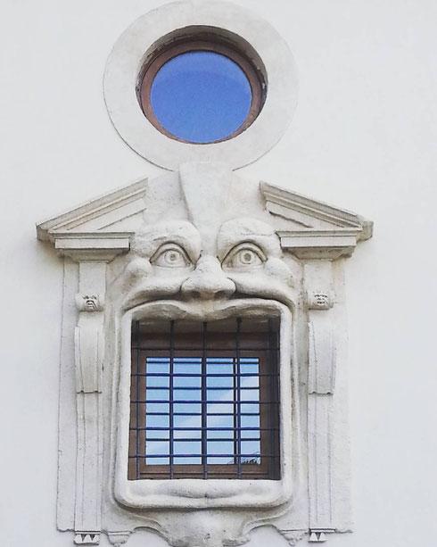 Il faccione della casa dei mostri di via Gregoriana starà sbadigliando? Oppure è arrabbiato? O semplicemente affamato? Si accettano ipotesi