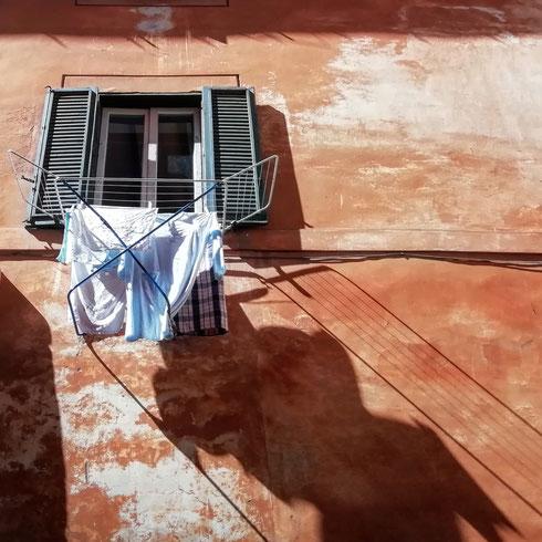 Soluzioni alternative in via del Conservatorio.   Poco spazio in casa e nessun balcone per stendere i panni? Basta stendere anche lo stendino fuori dalla finestra. L'arte di arrangiarsi, o la creatività al potere?