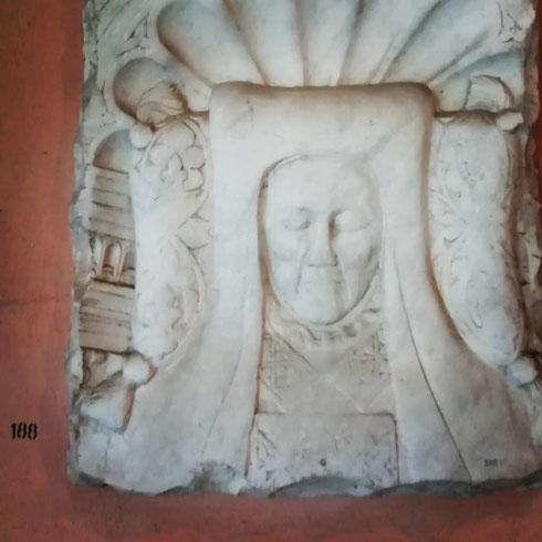 Nel bellissimo chiostro di  san Giovanni in Laterano si conserva la lastra tombale di Lorenzo Valla, umanista romano e canonico lateranense, che dimostrò come la donazione di Costantino, alla base del potere temporale del papa, fosse in realtà un falso