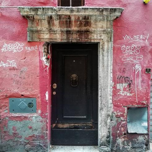 Certe porte di via dei Cappellari sembrano fatte apposta per raccontare storie