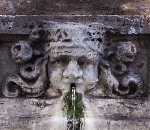 La semplice fontana di piazza san Simeone lungo via dei Coronari era in origine nella scomparsa piazza Montanara, ai piedi del Campidoglio. Passò poi al giardino degli aranci e poi, nel 1973, venne spostata dove si trova ancora oggi