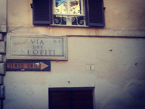 Nel rione Monti, via dei Neofiti prende il nome dal collegio lì vicino, destinato alla conversione degli ebrei romani