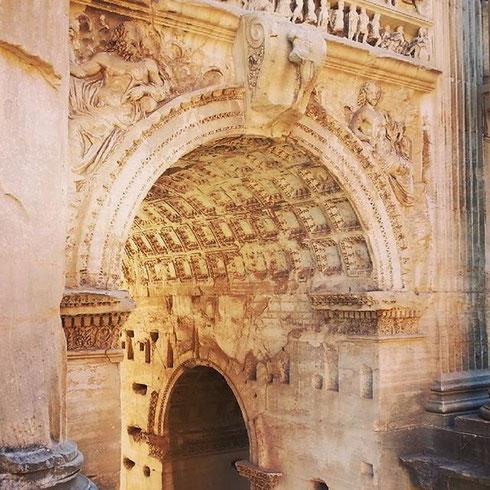 Quanto è bello il Foro Romano la mattina? Ecco un faccia a faccia con l'arco di Settimio Severo