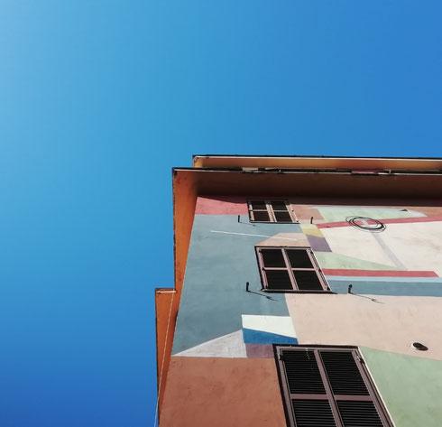 Il cielo azzurro si accorda alla perfezione con i palazzi colorati di Tor Marancia, non trovate?