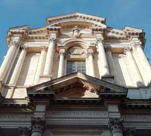 Se ieri qualche nuvola aleggiava sui fori imperiali, questa mattina santa Maria in Campitelli si gode il tepore del sole di settembre