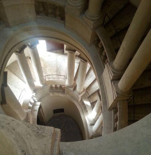 Quella di palazzo Barberini è solo una delle versioni della scalinata più amata del Rinascimento e del Barocco. A poche centinaia di metri il modello cui si ispira, quella di Ottaviano Mascarino al Quirinale.