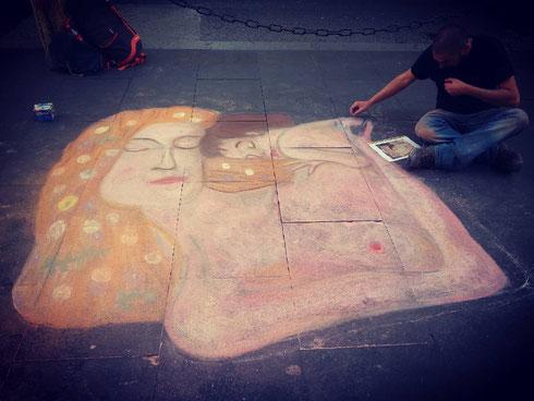 Tutto ci si può aspettare passeggiando su via del Corso...trovare un ragazzo che disegna Klimt a terra rimane però una bella sorpresa...