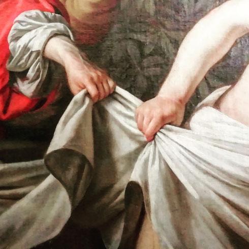 Le mani di Susanna e di uno dei vecchioni che la insidia, nel dipinto di Gherardo delle Notti (altrimenti detto Gerrit van Honthorst, ma meglio il nome italianizzato, non ce ne voglia) conservato alla Galleria Borghese
