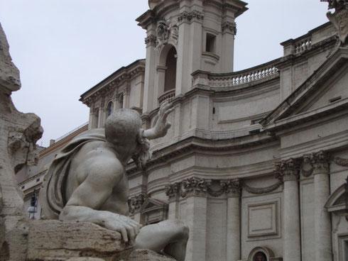 Da secoli il Rio della Plata se ne sta lì, temendo che Sant'Agnese in Agone gli crolli addosso...ma se non fosse davvero così?