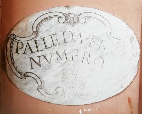 Palle...a castel sant'Angelo si trovano ancora le iscrizioni che indicano il calibro delle palle di cannone che erano accatastate nei cortili della fortezza