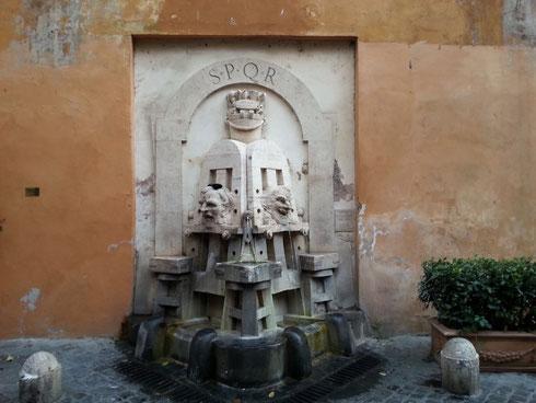 Via Margutta è per tutti a Roma la strada degli artisti...ce lo ricorda anche la fontanella di Pietro Lombardi, datata 1927 e decorata con gli attrezzi del mestiere