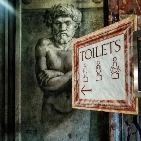 """""""Come dice, c'è fila? Va bene, allora mi metto in coda. Ma da quanto è che aspetta?"""" """"Più o meno dal 1515"""" """"Accipicchia...e non ci sono altri bagni?"""" Incontri surreali in fila per la toilette nella stanza dell'incendio di Borgo"""
