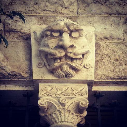 Ferie lontane o già finite? Suvvia, non siate tristi...sorridete, magari non come il faccione di via Tanaro, ma sorridete...buon Ferragosto romano!