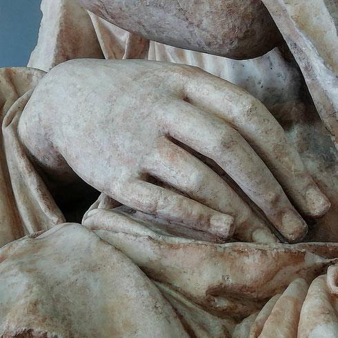 Se ne stava pensosa, seduta forse sulla scena del teatro di Pompeo tra campo de' Fiori e largo Argentina, la Musa che oggi si trova all'interno della centrale Montemartini.   Si dice che la bontà di uno scultore si riconosca anche dalla capacità di ritrarre le mani. Ecco, questo della musa era un ottimo scultore.
