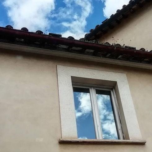 Il cielo abita in questa casa di via di San Giovanni in Laterano, come in un quadro di René Magritte