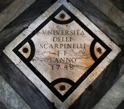 La targa donata dagli scarpinelli (giustamente, con tanto di scarponcini) sul pavimento della chiesa di santa Maria dell'Orto.