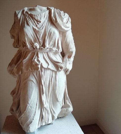 Poche storie: con l'abito plissettato che fluttua ad ogni passo e la cintura in vita, Diana è la più elegante dell'Olimpo...anche senza testa