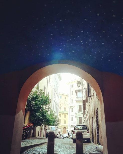 In via dell'Arco dei Banchi, dove un tempo abitava il magnifico banchiere Agostino Chigi, c'è oggi un cielo trapunto di stelle...