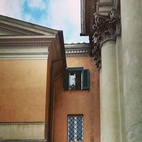 Timide finestre accanto a superbe colonne...accade accanto alla chiesa del Santissimo Nome di Maria, davanti la colonna Traiana