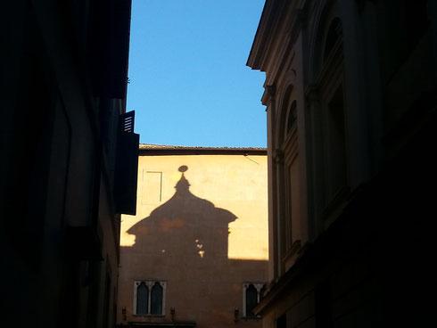 Basta un po' di sole e chiese e palazzi cominciano a giocare alle ombre cinesi a piazza Capranica...