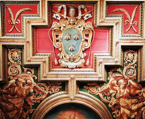La basilica dei santi Cosma e Damiano venne costruita nel VI secolo riutilizzando gli ambienti del foro della Pace, ma venne totalmente modificata da papa Urbano VIII, come si vede bene alzando lo sguardo al soffitto