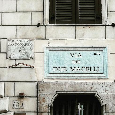 Come è facile intuire, via dei due Macelli prende il nome dai due spacci di carne che si trovavano da queste parti fino a quando Leone XII fece costruire un mattatoio fuori porta del Popolo