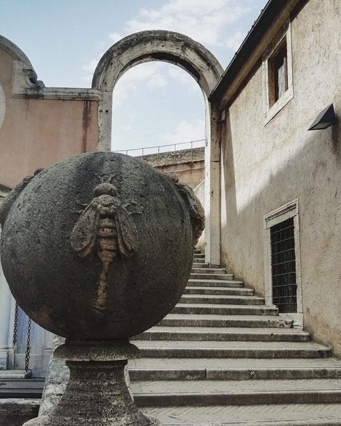 Nuova settimana e nuovo monumento...chi riconosce e dove siamo? Indizio: il luogo, anche se più antico, fu sempre amato dai papi, come mostrano anche le api Barberini