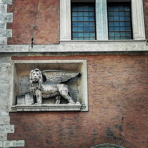 """Dice Confucio: """"un leone mi ha cacciato su un albero, e ho molto apprezzato la vista dall'alto"""" . Il leone di san Marco guarda dall'alto di un muro di palazzo Venezia...chissà come sarà la vista da lì?"""